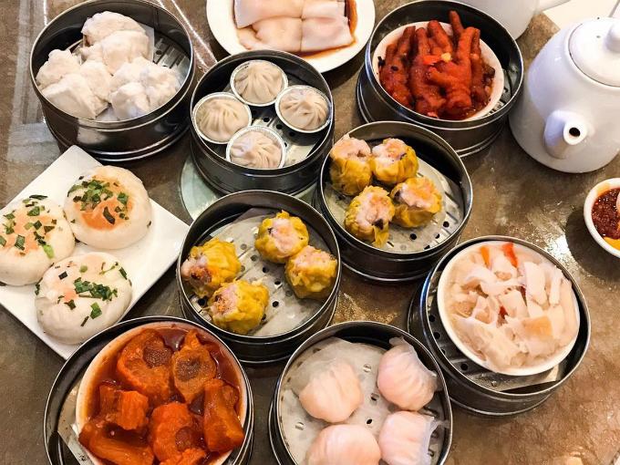 Tim Ho Wan và Ding Tai Fung  Có lẽ không cần nhiều lời để giới thiệu về hai chuỗi nhà hàng dimsum nổi tiếng châu Á này. Mỗi thương hiệu đều có rất nhiều chi nhánh ở hầu hết các quốc gia như Trung Quốc đại lục, Singapore, Việt Nam và tất nhiên là cả Hong Kong. Dimsum chính là linh hồn của ẩm thực xứ cảng thơm, bạn có thể bắt gặp cửa hàng dimsum ở bất cứ đâu trên phố. Nhưng nếu muốn check in ở một trong những tụ điểm dimsum nổi tiếng bậc nhất Hương Cảng thì hãy ghé Tim Ho Wan ở Sham Shui Po và Ding Tai Fung ở Tsim Sha Shui. Một số thương hiệu khác để bạn tham khảo như Fu Sing, Sun Hing, One Dimsum, Man Wah, Ah Shun Shandong Dumplings...