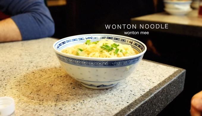 """Mak' Noodle  Mak's Noodle cũng có một vài chi nhánh ở Hong Kong, trong số đó có đỉnh núi Thái Bình và khu Central. Đây là một trong số các nhà hàng bình dân được chứng nhận sao Michelin mà bạn có thể thử mà không lo """"cháy túi"""". Thực đơn quán nổi tiếng nhất với món mỳ hoành thánh và uống kèm sữa đậu nành."""