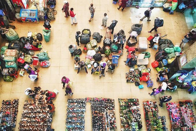 Hiện chợ Đồng Xuân là một trong những khu chợ lớn nhất ở thủ đô, điểm tham quan thu hút nhiều du khách trong và ngoài nước. Mới đây, ngày 9/4, nhiều tiểu thương đã căng băng rôn phản đối trước tin đồn xây mới chợ Đồng Xuân nhưng UBND quận Hoàn Kiếm cho hay thông tin này là không đúng. Ảnh: Jo Viatjo.