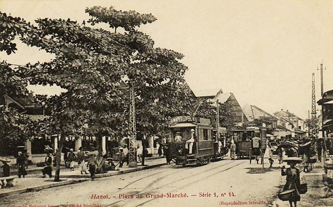 Trong hình là bến xe phía trước chợ những năm 1890. Thời điểm này, chợ được người Pháp gọi là Grand Marché nhưng Đồng Xuân vẫn là cái tên phổ biến được người dân thủ đô nhắc đến. Ảnh: Trams.