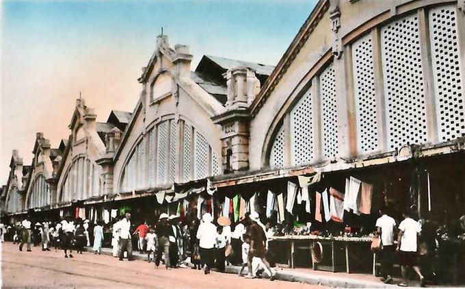 Sau khi được chính thức xây dựng vào năm 1890, chợ có 5 vòm cửa và 5 nhà cầu có chiều dài 52 m, cao 19 m, rộng 25 m. Toàn bộ khu chợ có diện tích khoảng 6.500 m2. Mặt tiền mang lối kiến trúc Pháp với 5 phần hình tam giác có trổ lỗ như tổ ong, lợp mái tôn. Ảnh: Flickr.