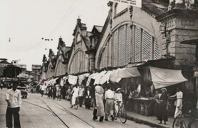 Sau khi hoàn thành, chợ chỉ họp hai ngày một phiên, nhưng về sau do nhu cầu của sự phát triển kinh tế thương mại, chợ họp hàng ngày từ sáng đến tối. Các mặt hàng được các tiểu thương buôn bán đa dạng, từ hàng nông sản, thực phẩm, rau quả, đến hàng vải vóc, máy móc của Pháp, Trung Hoa, Ấn Độ...  Khi kháng chiến toàn quốc bùng nổ năm 1946, chợ Đồng Xuân nằm trong Liên khu Một và trở thành một điểm chiến đấu. Tại đây đã diễn ra các trận chiến giữa Vệ quốc quân chống lại lính Lê Dương của Pháp. Ảnh: Flickr.