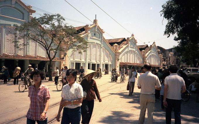 Chợ Đồng Xuân những năm 1960 - 1970, đông người dân qua lại. Ảnh: Flickr.