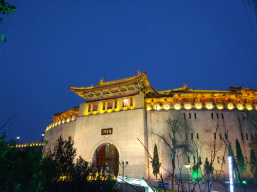 Lệ Cảnh Môn về đêm.