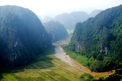 Du khách đi thuyền tham quan Tam Cốc nhìn từ đỉnh núi Múa thuộc khu du lịch Hang Múa. Ảnh: Hương Chi.