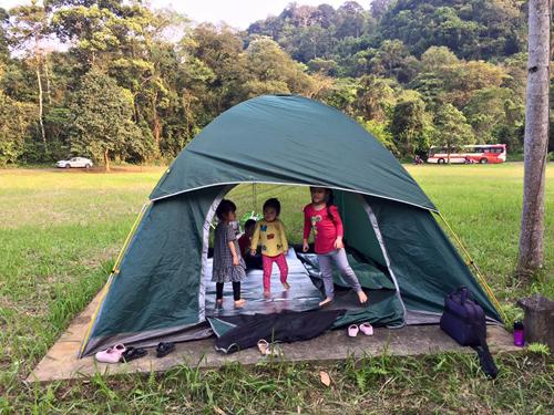 Các bạn nhỏ chơi đùa trong lều. Ảnh: Thúy Loan.
