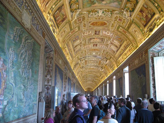 Du khách được chiêm ngưỡng những kiệt tác nghệ thuật...