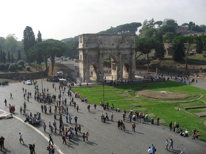 Khải hoàn môn Constantinus là một trong những công trình cổng chào kỷ niệm chiến thắng của những hoàng đế La mã cổ đại. Ảnh: Lê Thu Lan