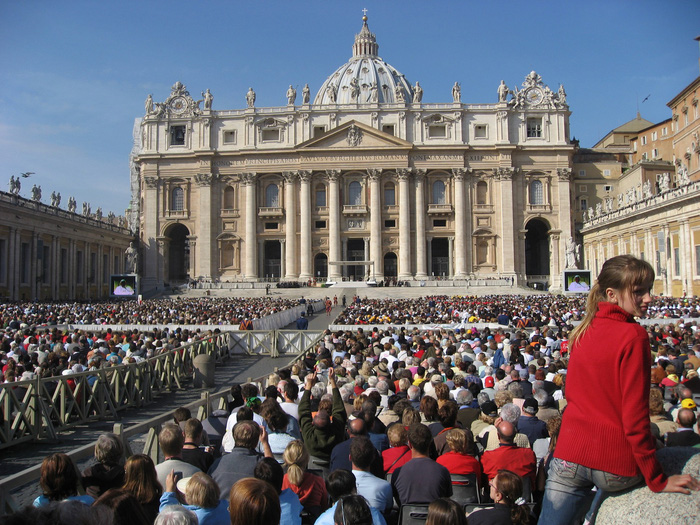 Hệ thống phát thanh, truyền hình trực tiếp trên các màn hình cỡ lớn sẽ giúp du khách có cảm giác như Giáo hoàng đang ở cạnh mình vậy. Ảnh: Lê Thu Lan