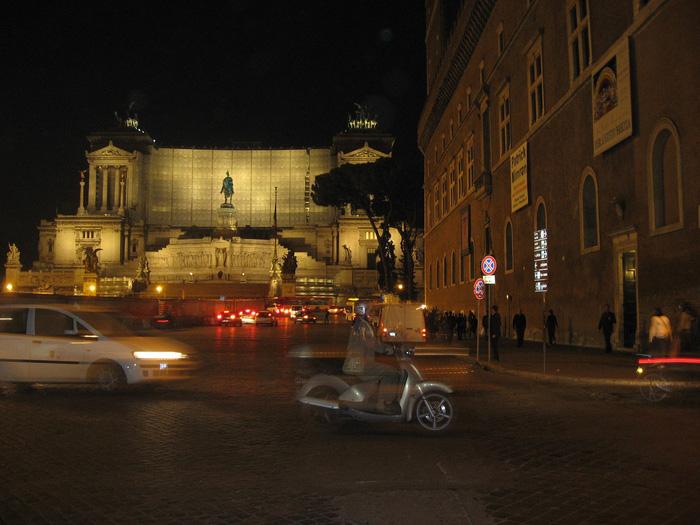 Sự hiện đại không cuốn đi vẻ yên bình của thành Roma về đêm. Ảnh: Lê Thu Lan