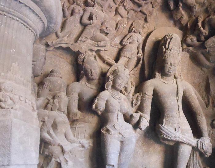 Một bức tượng được chạm khắc tinh xảo phía trong hang động - Ảnh: Travelrope