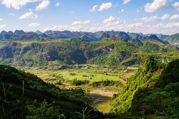 """Công viên địa chất toàn cầu Cao Bằng vừa được UNESCO công nhận bao gồm 6 huyện Hà Quảng, Trà Lĩnh, Quảng Uyên, Trùng Khánh, Hạ Lang, Phục Hòa và một phần diện tích các huyện Hòa An, Nguyên Bình và Thạch An, có diện tích trên 3.000 km2. Để trải nghiệm công viên, ban quản lý công viên đã xây dựng 3 tuyến với 3 chủ đề khác nhau.  """"Khám phá Phia Oắc - ngọn núi của những đổi thay"""" là tên gọi của tuyến du lịch cụm phía Tây, tập trung ở huyện Nguyên Bình. Trên ảnh là thung lũng treo Nậm Kép, huyện Nguyên Bình. Ảnh: Xuân Trường."""