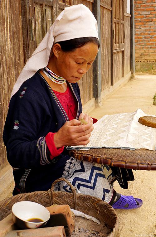 Tham quan tuyến này, du khách còn có thể ghé điểm di sản hóa thạch tại xã Lang Môn, làng dệt thổ cẩm in sáp ong của dân tộc Dao (ảnh), khu rừng Trần Hưng Đạo...