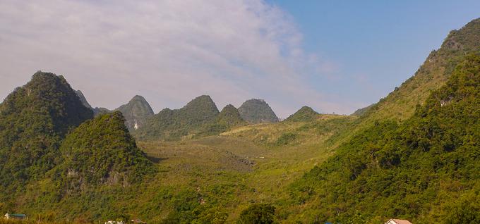 Tuyến này còn đưa du khách đi các kỳ quan núi đá vôi như Vườn đá, động Ngườm Bốc, Ngườm Slưa... Trong ảnh là thung lũng treo Sóc Giang, huyện Hà Quảng.