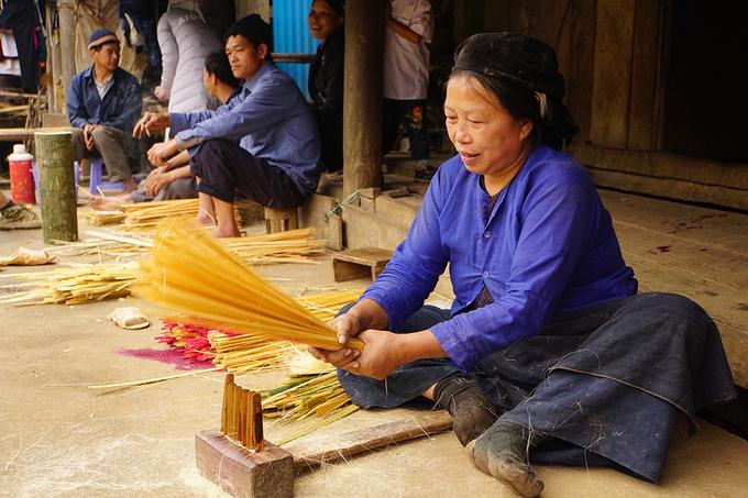 """Tuyến phía Đông mang đến """"Trải nghiệm văn hóa bản địa ở xứ sở thần tiên"""", tập trung vào các huyện Trà Lĩnh, Quảng Uyên và Trùng Khánh. Du khách sẽ có dịp đến với các làng nghề truyền thống, các lễ hội dân gian, cũng như những món ăn nổi tiếng của người Tày, Nùng, Dao, Sán Chỉ… Ở Phia Thắp, xã Quốc Dân, huyện Quảng Uyên nổi tiếng nhất là nghề làm hương."""