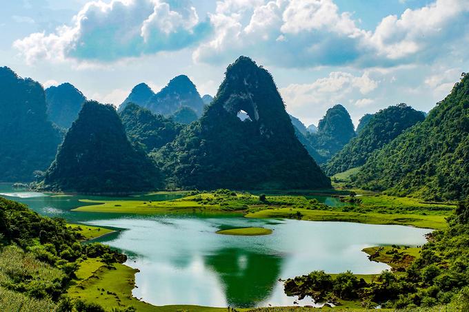 Trên tuyến này, du khách cũng sẽ được ngắm các cảnh quan karst trưởng thành và già, đặc trưng của công viên địa chất toàn cầu. Trong ảnh là núi Mắt Thần trong hồ Nặm Trá, huyện Trà Lĩnh.
