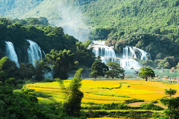 Thác Bản Giốc ở xã Đàm Thủy, huyện Trùng Khánh, được mệnh danh là thác lớn và đẹp thứ tư thế giới, trong số các thác nước ở biên giới giữa các quốc gia. Cảnh quan quanh thác là địa hình karst dạng cụm đỉnh - lũng trên bề mặt san bằng 400-600m với thảm phủ thực vật dày.  Thác cao 3 tầng, gồm có thác phụ và thác chính. Thác phụ nằm trong địa phận Việt Nam, dài 150 m gồm một tầng cao khoảng 30 m. Thác chính nằm giữa biên giới Việt - Trung dài khoảng 50 m. Ảnh: Xuân Trường.
