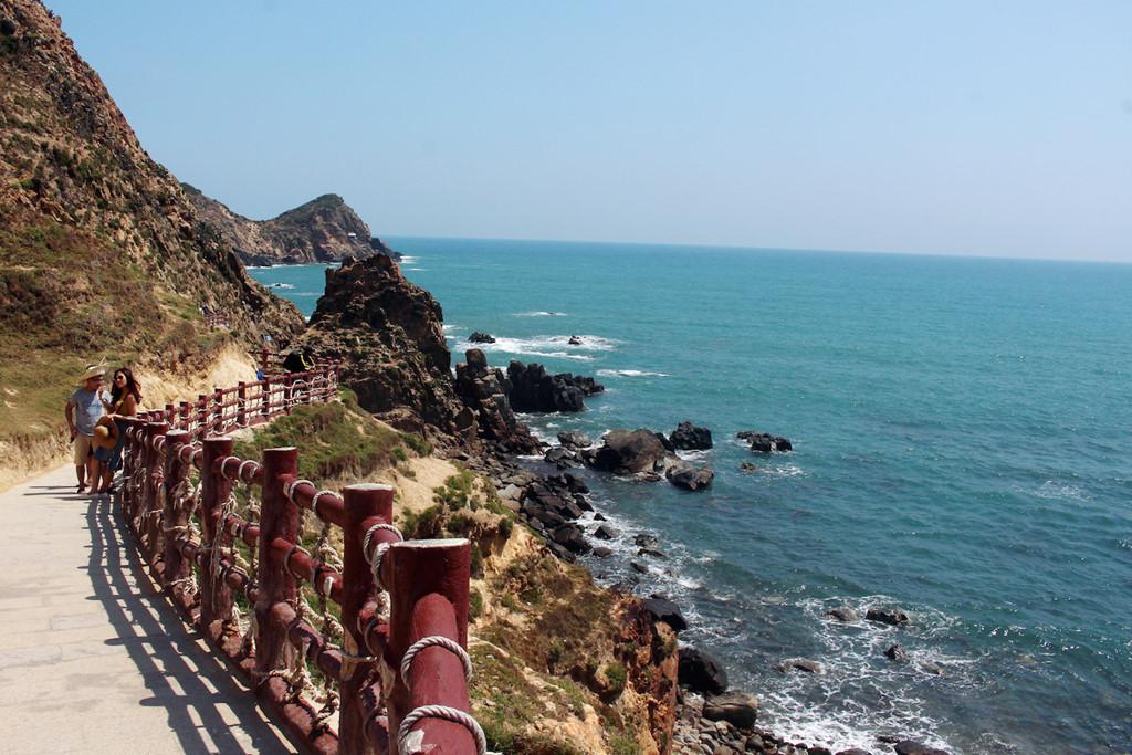 Đây là điểm đến xa và đẹp nhất của dãy núi 15 km uốn mình ôm trọn biển nước trong xanh. Sự bào mòn đá và nước đã tạo nên một eo biển hút gió hoang sơ, thơ mộng như tranh vẽ. Cùng với hệ thống hang động độc đáo như: Ba Nghé, hang Dơi… Eo Gió cũng là nơi sở hữu lượng hang yến nhiều thứ 2 Việt Nam, chỉ sau Nha Trang.