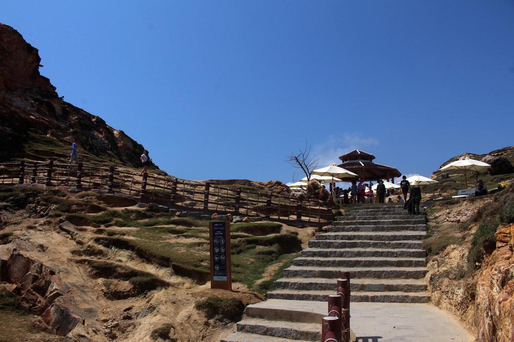 Nhìn từ xa, cung đường tựa như một dải lụa mềm vắt ngang triền núi. Ngoài ra, khu vực nhà chờ được bố trí với những tán dù lớn để khách tham quan có thể nghỉ chân, tránh nắng.
