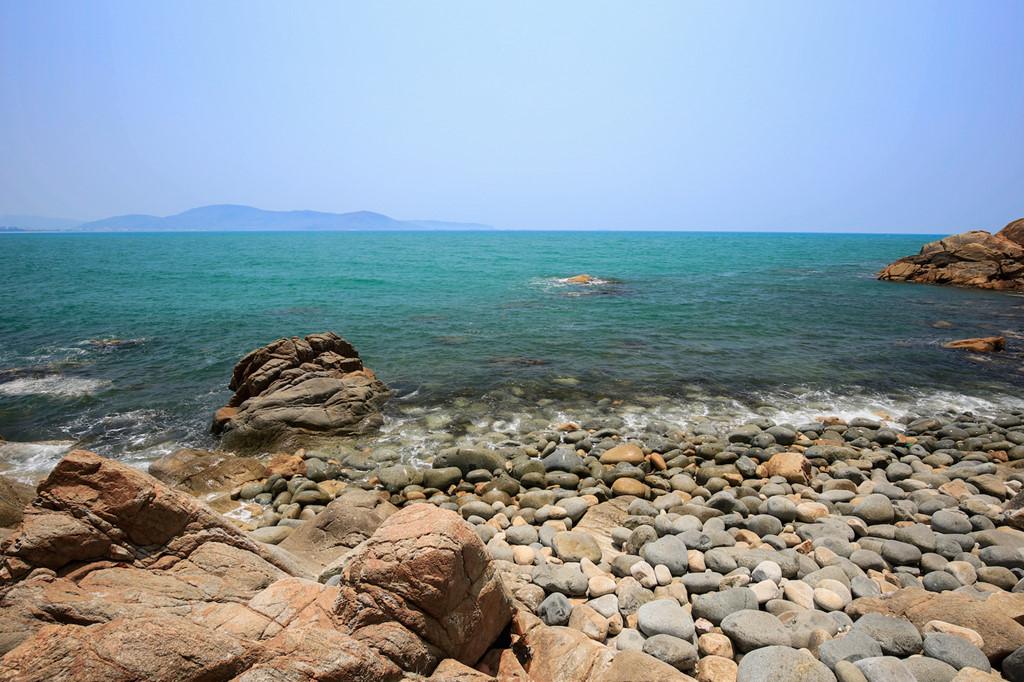 Men theo con đường mòn xuống chân núi, du khách sẽ bắt gặp khung cảnh trời nước mênh mông với hàng nghìn viên đá mang kích cỡ và hình hài kỳ thú.