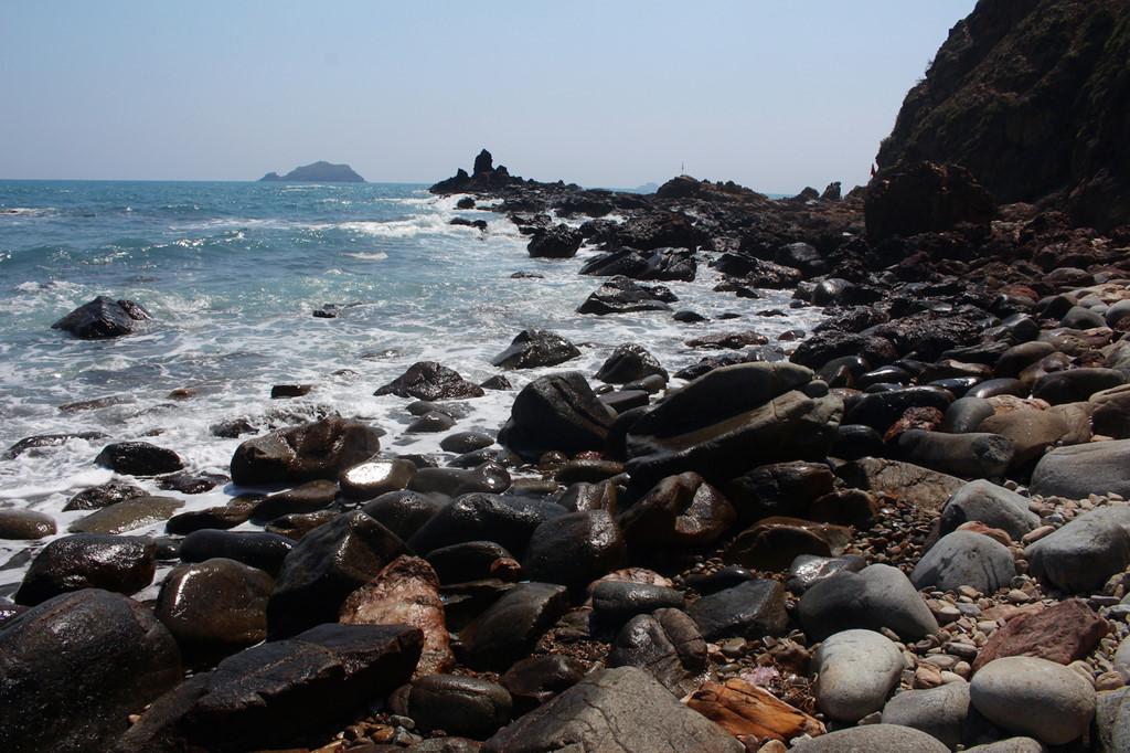 Ngắm nhìn những con sóng tung bọt trắng xóa trên bãi đá là cách để con người hòa mình với thiên nhiên, quên hết mọi ưu tư, phiền muộn. Để để được đưa đón giữa quần thể và thắng cảnh tại Eo Gió theo lịch trình bằng tiện ích Shuttle Bus miễn phí, du khách có thể lựa chọn nghỉ tại FLC Quy Nhon Beach & Golf Resort.