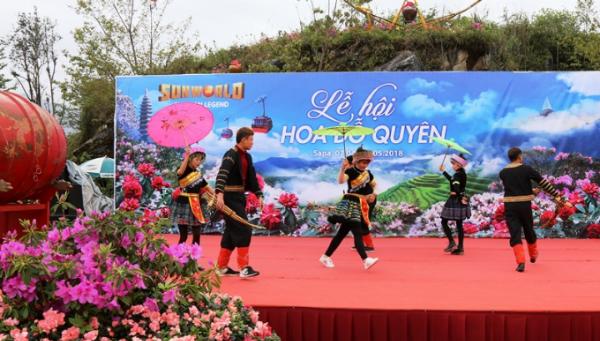Rời khỏi cáp treo về ga đến, du khách lại thấy đỗ quyên rực rỡ, len lỏi trong tiếng khèn điệu múa H'Mong tại khuôn viên lễ hội.