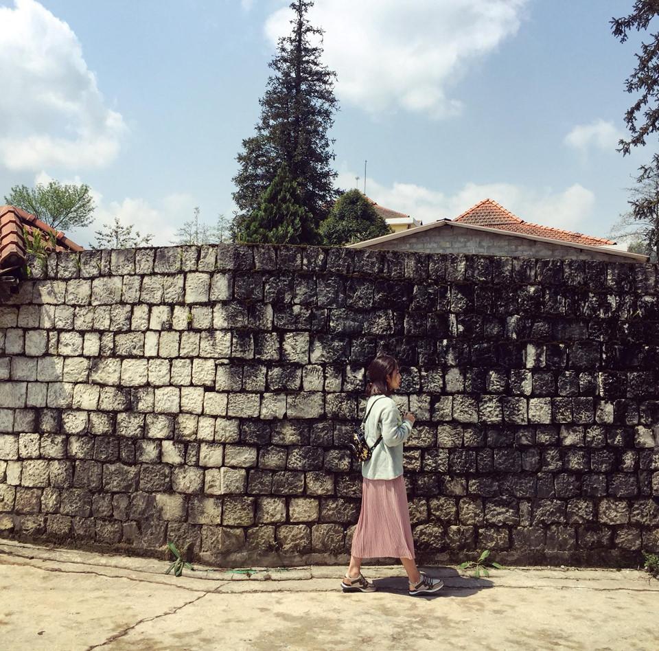 Nhà thờ đá cũng là một trong những nơi được nhiều bạn trẻ check – in, thay vì chọn chụp với nhà thờ, bạn có thể chọn check – in bên những bức tường đá trắng bám rêu.
