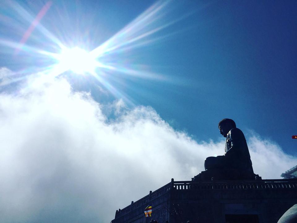 Vào mùa nắng, đỉnh Fansipan mang vẻ đẹp hùng vĩ, chạm tận trời xanh. Cáp treo đã đi vào hoạt động, mức giá khoảng 700 nghìn đồng/ người.