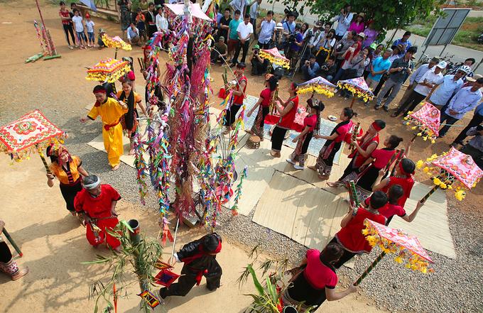 Khi hành lễ, ông mo dẫn đầu, theo sau là những phụ nữ cầm ô cất điệu hát và múa bên cây boọc mạy.