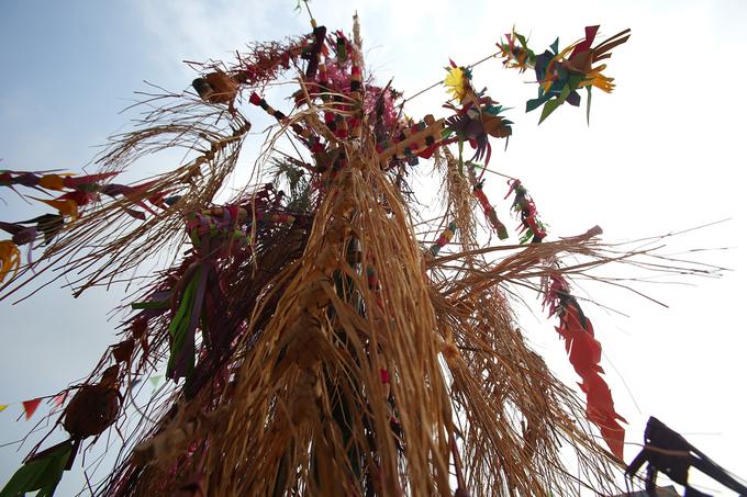 Vật không thể thiếu là cây boọc mạy (xằng tang) được dựng ngay giữa nhà, là nơi để hành lễ.  Cây boọc mạy làm từ cây tre hoặc nứa già, có 9 tầng, cao 4 m, khoét nhiều lỗ. Trên cây treo vật tượng trưng như: Chim, cá, ve sầu, rắn… làm từ ruột cây sắn, cây tang trong rừng, được nhuộm xanh, đỏ, tím, vàng. Trên đỉnh boọc mạy cắm cây ô hình vuông, được các thiếu nữ sử dụng khi các ông mo nhảy Xăng Khan.
