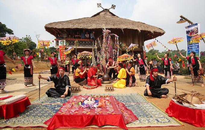 Lễ Xăng Khan không những có nhiều nghi thức, nghi lễ mà còn có rất nhiều trò diễn, trò vui. Cứ sau mỗi nghi lễ là một trò diễn minh họa cho nội dung của nghi lễ, mô phỏng hành vi của các thần linh, các ma có trong nghi lễ đó.