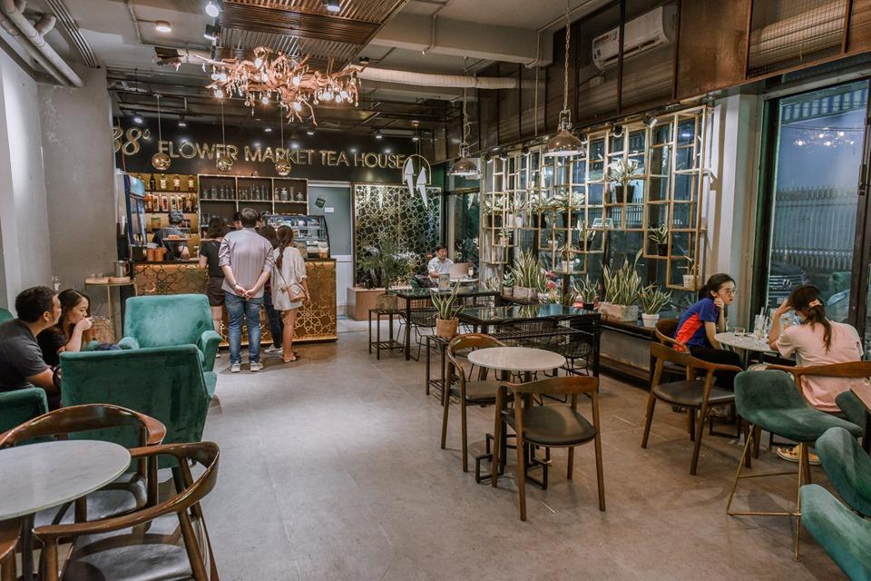 Nhà hoa trà 38 Toạ lạc tại 62 Phạm Ngọc Thạch, nơi đây được ví như một khu vườn nhỏ xinh giữa Sài Gòn. Không gian của quán không quá lớn, tạo cảm giác ấm cúng. Hoa được bày trí khắp nơi khiến căn phòng ngập tràn hương thơm ngát.