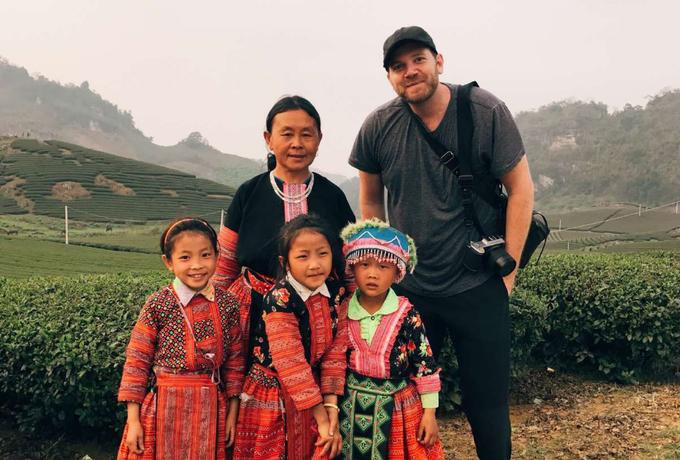 Justin Mott là nhiếp ảnh gia Mỹ, đặt chân đến Hà Nội năm 2006 để thực hiện một dự án cá nhân về nạn nhân chất độc da cam. Anh cho biết không hề nghĩ rằng cuộc sống của mình sẽ bước sang một trang mới tại đây. Thời gian đó, Justin bắt đầu hoạt động như một nhiếp ảnh gia chuyên nghiệp và Việt Nam là khởi điểm để anh tích lũy kinh nghiệm, hoàn thiện phong cách và nâng cao kỹ năng kể chuyện bằng hình ảnh.