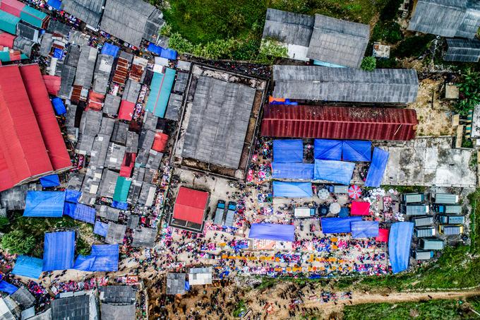 Đây là một phiên chợ vùng cao ở Hà Giang. Sự đa dạng văn hóa của các dân tộc thiểu số sinh sống tại cao nguyên đá gây ấn tượng mạnh với nhiếp ảnh gia Mỹ. Do đã đi khắp Việt Nam, khi trở lại thực hiện bộ ảnh này, anh đặt mục tiêu là phải tìm ra góc nhìn mới cho những địa điểm từng qua.