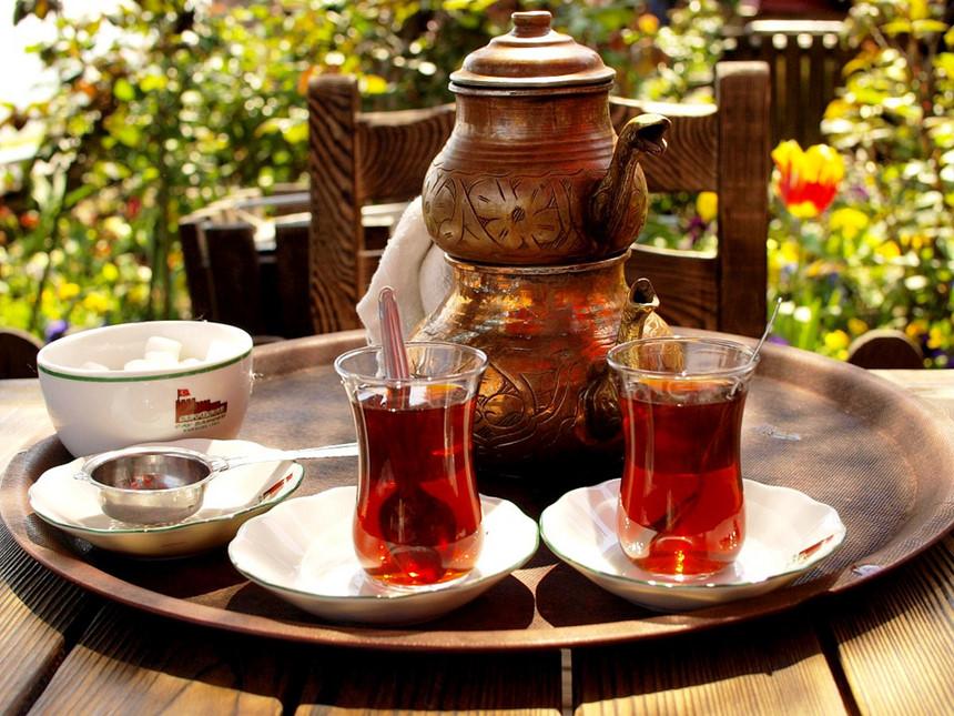 Rize, Thổ Nhĩ Kỳ: Vườn trà Ziraat nằm trên bờ biển phía đông của Thổ Nhĩ Kỳ, bên cạnh nhà máy Çaykur, ở Rize và nhìn ra biển Đen. Vườn trà này có quy mô nhỏ hơn nhiều so với những thung lũng hay đồn điền trà ở châu Á. Trà Thổ Nhĩ Kỳ có màu đen và nếu được chuẩn bị theo cách truyền thống, trà sẽ được pha bằng một chiếc bình đôi và phục vụ trong ly thủy tinh tulip. Ảnh: Trendsandlife.