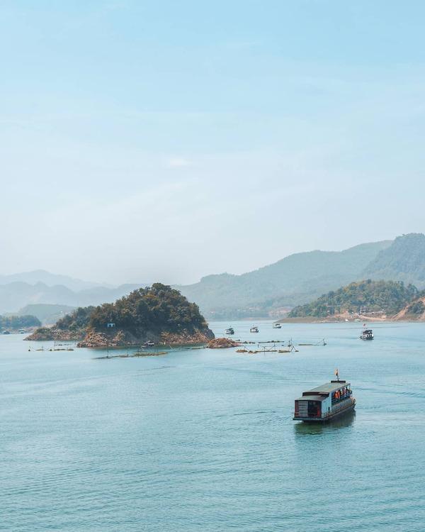 Thung Nai  Cách Hà Nội khoảng 100 km, vùng đất nổi tiếng với khung cảnh núi non sông nước này rất thích hợp du lịch nghỉ dưỡng kết hợp với khám phá thiên nhiên. Du khách có thể đi thuyền ngắm cảnh, thăm khu chợ nổi, tham quan bản Mường và các hoạt động du lịch văn hóa mới mẻ của vùng núi. Địa chỉ: Cao Phong, Hòa Bình. Ảnh: @_the.badass_/IG.