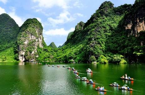 Tràng An  Đến đây, bạn sẽ hòa mình cùng những dãy núi đá vôi hàng triệu năm tuổi, đi thuyền qua thung lũng, hồ nước bạt ngàn, ghé các đền, chùa thắp hương. Thời gian ngồi thuyền khoảng 3-4 tiếng, sau đó bạn có thể kết hợp khám phá các điểm lân cận như Bái Đính, Tam Cốc, Hang Múa... Địa chỉ: Hoa Lư, Ninh Bình. Video: Hachi8.