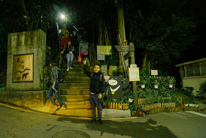Ban đêm cũng khá nhiều du khách leo núi - Ảnh: Thiết Nguyễn