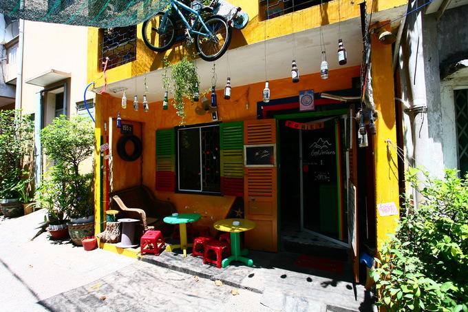 Nằm trong một con hẻm ở đường Ba Cu, trục đường lớn ở Vũng Tàu, quán cà phê Bohémiens được nhiều khách du lịch và bạn trẻ tìm tới. Mặt tiền quán khá giản dị nhưng nổi bật với bức tường quét vôi vàng, nơi được yêu thích để chụp ảnh check-in.