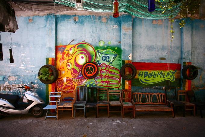 Đối diện quán là mảng tường được vẽ theo lối graffiti, thu hút sự chú ý của khách đi ngang qua.