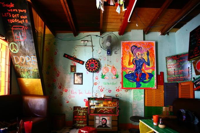 """Quán có một không gian nhỏ ở tầng trệt và cầu thang gỗ dẫn lên một gác nhỏ bên trên. Phong cách trang trí chủ đạo của quán là những màu sắc và hình vẽ đầy ngẫu hứng, hoang dã đúng """"chất"""" Bohemian. Vật dụng trưng bày đơn giản, nhưng vẫn tạo cảm giác nổi loạn. Quán không có nhiều chỗ ngồi, song khách tới đây đều thích thú vì không gian gần gũi."""