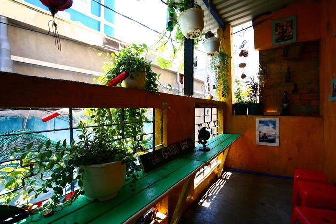 Trên gác có một khoảng hiên treo nhiều giỏ cây xanh dành cho những ai thích không gian thoáng đãng.