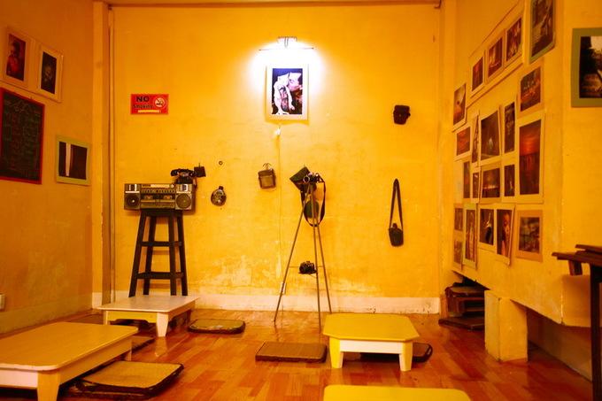 Phòng trên gác được quét vôi vàng, khách ngồi trên sàn với những chiếc bàn thấp kiểu Nhật.