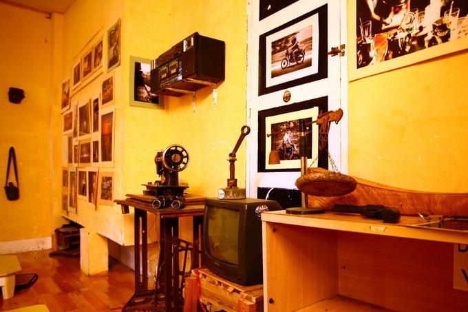 Nơi đây trưng bày nhiều món đồ cổ như chiếc máy khâu, tivi, radio, cassette, máy ảnh, máy điện thoại…