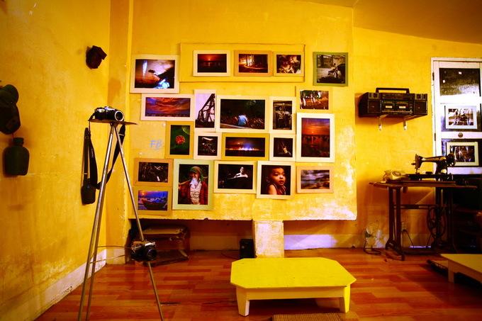 Tường treo nhiều ảnh chụp cảnh đẹp và con người tại nhiều vùng miền ở Việt Nam.