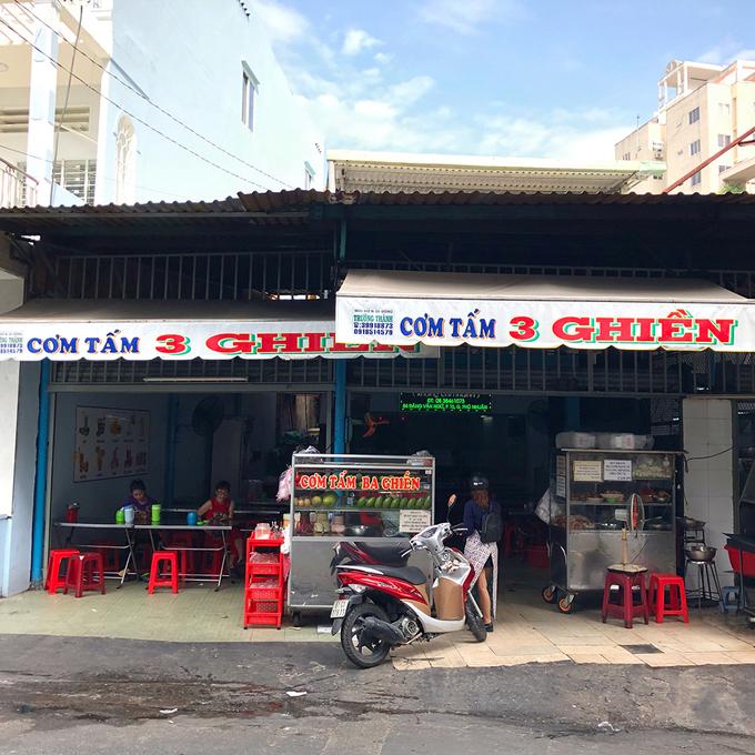 """Bạn tôi hay bảo nhau rằng, """"nếu chưa ăn cơm tấm xem như chưa tới Sài Gòn"""". Có lẽ vì vậy mà món ăn này xuất hiện ở hầu khắp ngõ ngách trong thành phố, từ nhà hàng sang trọng đến quán xá bình dân.  Trên đường Đặng Văn Ngữ, quận Phú Nhuận có một quán cơm tấm đã hơn 20 năm. Bất kể sớm tối, địa chỉ này luôn đông đúc thực khách."""