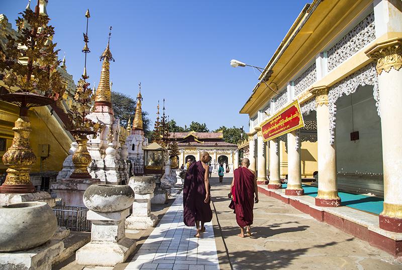 shwezigon-ngoi-chua-dat-vang-dau-tien-va-linh-thieng-nhat-o-myanmar-ivivu-7