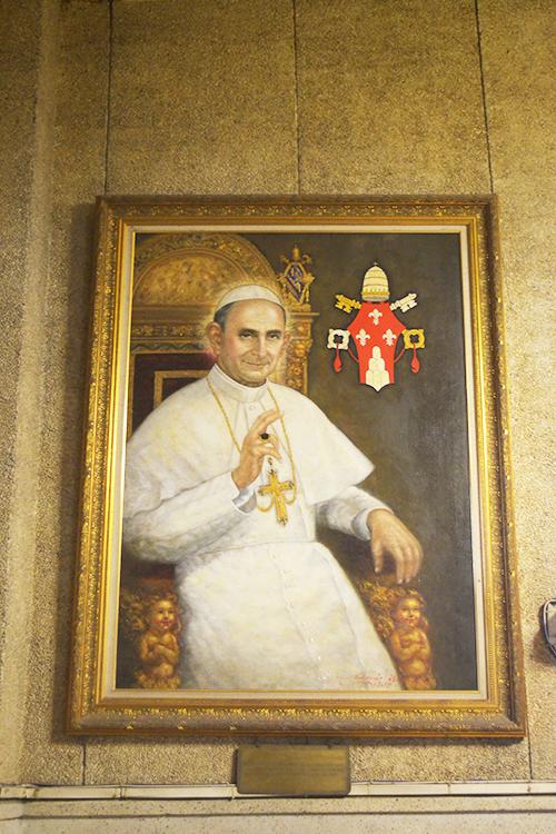 Bên trong nhà thờ có trang trí nhiều biểu tượng tôn giáo nổi tiếng ở Philippines. Đi dọc hành lang bên trong, du khách sẽ bắt gặp nhiều bức tranh sơn dầu treo hai bên.