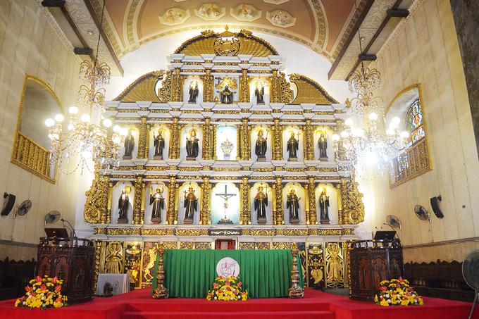 Toàn bộ nhà thờ được xây bằng đá san hô.