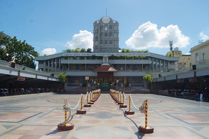 Phía sau nhà thờ là khoảng sân rộng được xây dựng để phục vụ các dịp lễ hội cầu nguyện lớn. Người dân sẵn sàng ngồi hàng giờ liền giữa trời nắng để cầu nguyện và sám hối.